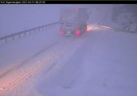 UTFORDRENDE: Masse snø ved Sigernessjøen langs riksvei 2 torsdag morgen.