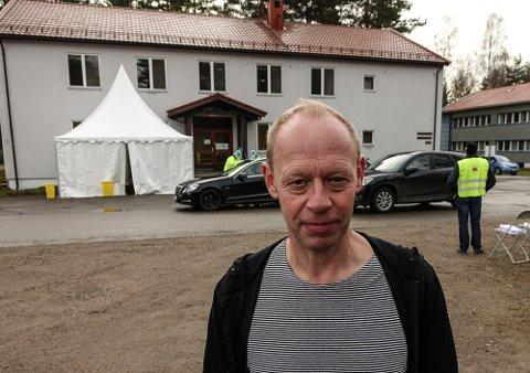 TESTING I FULL FART: Kommuneoverlege Bo Brendstrup i Vålet forteller at testingen på Haslemoen fortsetter for fullt gjennom hele påsken.