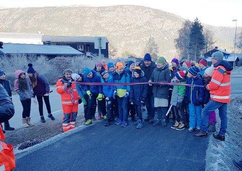ÅPNET: Mandag åpnet elever fra Loar skule den nye gang- og sykkelvegen inn til Lom sentrum.