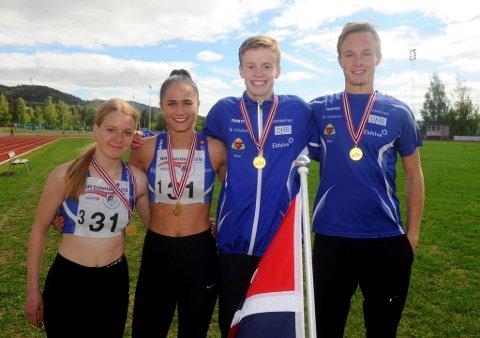 Blide modøler etter NM-gull på 4x400-meter. Maren Bakke Amundsen (t.v.), Sigrid Kongssund Amlie, Håvard Bentdal Ingvaldsen og Magnus Bentdal Ingvaldsen.