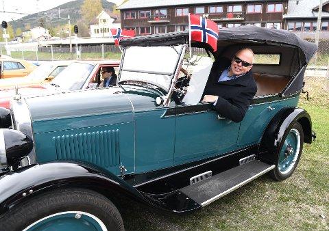 Denne gamle veteranen, tilhørende Per Erik Skar på Harpefoss, skilte seg ut i mengden da Gudbrandsdal Motorvognklubb arrangerte 17. mai cruise i dag. Bilen er en Chevrolet 1927 modell.