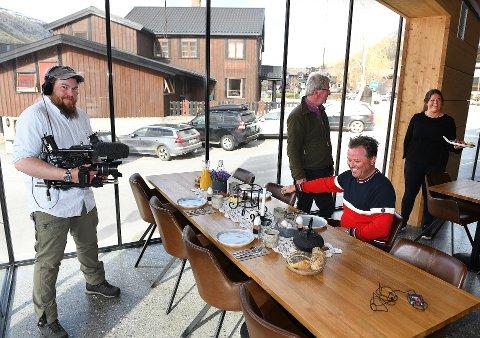 Opptak på Brimibue. Arne Hjeltnes og Arne Brimi reiser rundt og lager små reklamesnutter for lokalt reiseliv i norddalen denne uka. Her på Brimibue i Lom.