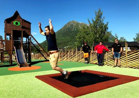 Jehans Bakke testar spretten i trampolinane.