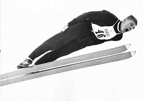 KRAFTHOPPER: Lars Grini i kjent stil. Her fra et hopp i Holmenkollen i 1965. Foto: NTB.