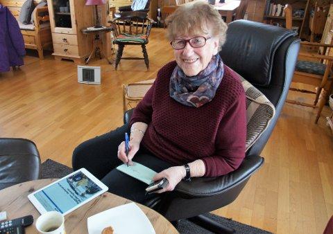 DIGITAL DAME: Kari Herredsvela har smartelefon, nettbrett og smart-tv. Hun er selvfølgelig pålogget Hadeland digitalt.