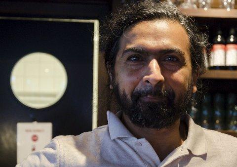 Mye familier: Sajjad Rupani som er daglig leder på American Pizza and Desserts på Halden Storsenter er fornøyd med den første sommeren på senteret.