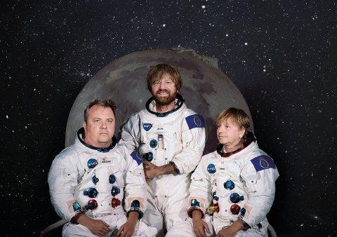 NYE EVENTYR VENTER: Fra venstre ser vi Omar Østli, Håkon Ohlgren og Ole Evenrud. Til og med Fredriksten festning har fått plass på månen.