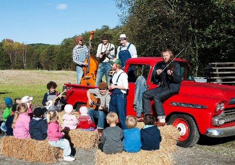 VIL HA MED BARN: Onkel Tuka besøkte Nordby gårdsbarnehage da de lagde sin første barneplate, «Muskongen blues». Når «Sinnabrus blues», bandets andre barneplate, kommer til høsten, håper de på nytt samarbeid med noen av Haldens barn.