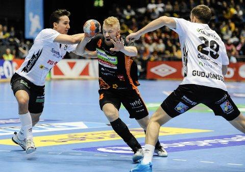 PRØVDE: Trym Bilov-Olsen og HTH ble et par nummer for små mot Norges beste håndballag Elverum.