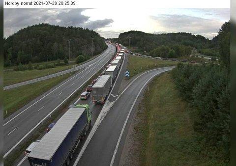 Bildet er tatt torsdag kveld, og viser at køen fremdeles strekker seg langt ned mot Strömstad.