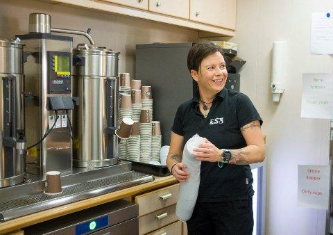 FORPLEINING: Janne Jensen fra Arendal jobber for ESS i forpleiningen. Her sørger hun for påfyll på en av kaffestasjonene.