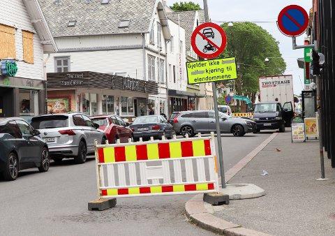 STOPP: Flere kjører på gammel vane i sentrum, mener veisjefen. Dermed oppstår det en del snuoperasjoner i graveområdene for tiden, tross skilting.