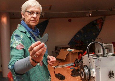 Irene Bergsnevmed en liten fuglefløyte laget av 3D-printeren.