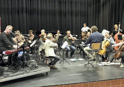 FORBEREDELSER: Torsdag ettermiddag var musikerne i gang med øvingene.     Foto: Franziska Wika