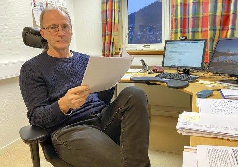 DOMMEN: Brynjulf Brun Svendsen, bygg- og eiendomssjef i Vefsn kommune, leser dommen fra lagmannsretten. Bassengsaken er nå mest sannsynlig avsluttet, og SWECO må betale 4,7 mill pluss saksomkostninger til kommunen.  Foto: Per VIkan