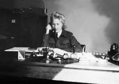 """HELTEN: Liv Grannes (1918-2004) bak skrivebordet sitt på politikammeret i Mosjøen under andre verdenskrig. Hennes innsats har hittil vært lite kjent, men nå hedres hun med boka """"I krig og kjærlighet - om Liv Grannes"""", og i filmen Nordlands Jeanne D'Arc"""" som vises på NRK 8. mai. Prosjektet med å få Norges første kvinnelige SOE-agent og Norges høyest dekorerte kvinne på sokkel er godt i gang."""