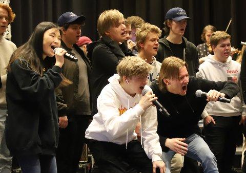 ABSOLUTT MUSIKKLINJA: Denne uka har elevene ved musikklinja i Mosjøen øvd på årets show, som nå dessverre blir utsatt til juni.