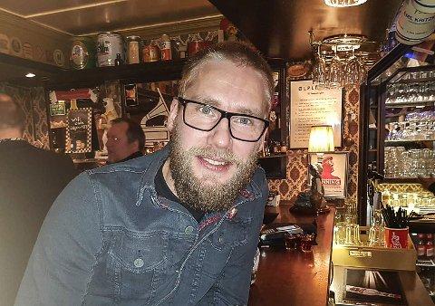 GLAD I JAM: Julian Olsen spiller med bandet Überwolf. Selv når han ikke spiller mener han at jammen på Nordpol kro er det største under Blues i Vintermørket.