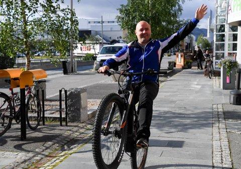 PÅ ETT HJUL: Ørjan Wirkola Dragland viser sykkelferdighetene sine for fotografen på en elsykkel til omlag 60.000 kroner.