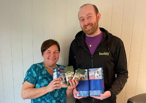 GODE STØTTESPILLERE: Vibeke Petersen, leder i Hammerfest og omegn hundeklubb, sammen med Tor-Christian Hestvik Wisløff fra dyrebutikken Buddy, som holder til i Alta.