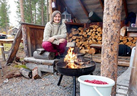 VED BÅLET: Toril Bakken Kåven ved bålet i gapahuken på Kåven utmarksgård på Holmen utenfor Alta.