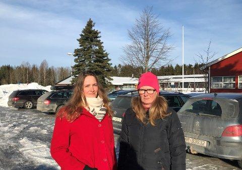 Tone Martinsen (t.v.) og Åshild Ringsbu fra FAU er urolige for barnas sikkerhet på parkeringsplassen ved Aursmoen skole.