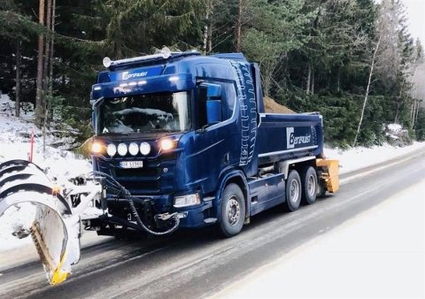 Bergquist Maskin og Transport AS er glade for en langsiktig avtale med Viken fylkeskommune om veivedlikehold i Østfold. Foto: Privat