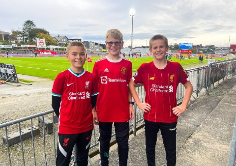 SPENTE:  Vetle Rosseland (11), Emil Braut (11) og Adrian Fosseli Nygaard (12) tok på seg rødt og fikk gratis inngang på Brynes første kamp uten restriksjoner. Da Jærbladet møtte dem før kampen, gledet de seg stort.