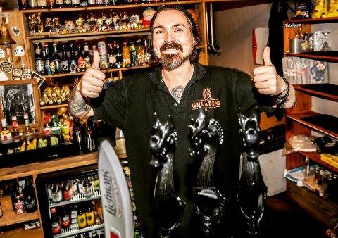 FÅ IGJEN: Calle Johansson, daglig leder ved Gulating pub på Jessheim, ser for seg en sommer stappfull av folk nå som flere av de andre pubene i byen har stengt dørene.