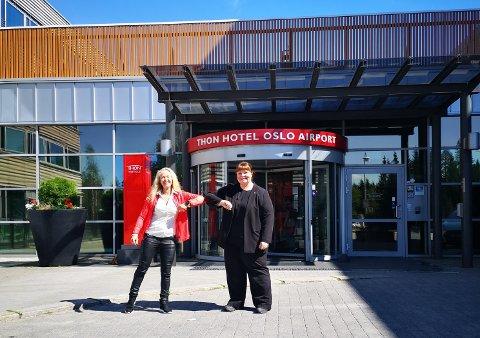 NYTT TILBUD: Direktør ved Thon hotel Oslo airport,  Birgit Kjuus, ønsker Gry Merkesdal og treningssenteret Merkes AS velkommen til flyplassen i høst.