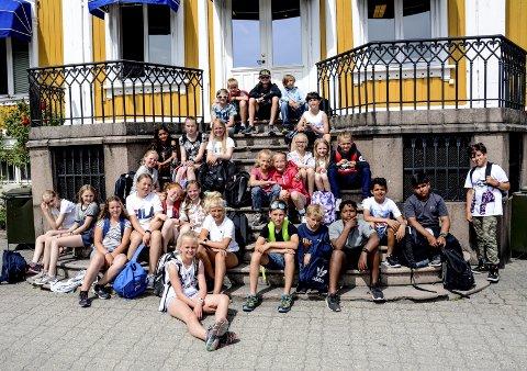Fornøyde: 27. elever fra Hegg skole i Lier hadde samling i trappa foran rådhuset. De var på Leirskole på Hestøya i Kragerø.