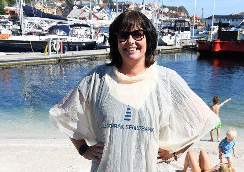 PONCHO: Linda Forsbom ved Skagerrak Sparebank viser fram den nye regnponchoen.