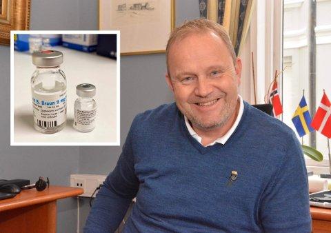 Ordfører Grunde Wegar Knudsen (Sp) gleder seg over at koronavaksinene omsider er på plass.