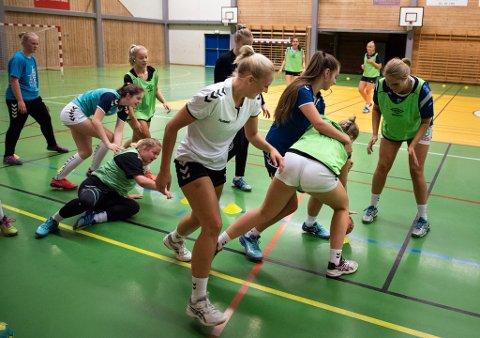 FART OG MORO: Ei av treningsøvingane denne kvelden likna like mykje på rugby som på handball. Og moro var det.