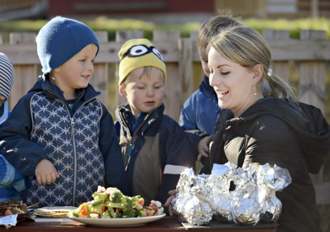 På hjemmebane: Nesten direkte fra New York kom Nevada Berg for å lage mat sammen med ungene hjemme i Veggli. Leo Christoffer Husås Bjørkgården (t.v.) og Filip Jacobsen.