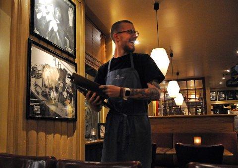 Petter Akselsen trives i jobben på Jonas B. Gundersen. Han tror ikke at datamaskiner vil ta over servitørrollen på restaurantene i Kongsberg. FOTO: CATO MARTINSEN