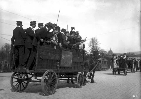17. mai 1908. Russen skulle gjerne vekke byen tidlig 17. mai, og de kjørte derfor rundt i vogner.
