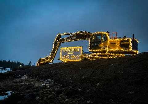 E134: Den julete gravemaskinen kan du se rett ved E134 på Toppen.