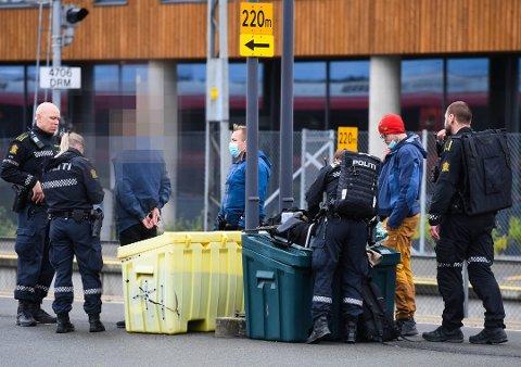 BAR VÅPEN: En ung mann bar synlig våpen og ble stoppet av politiet på Drammen stasjon mandag kveld.