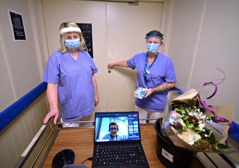 PÅ'N IGJEN: Dette bilder er tatt da Hilde Vesetrud Foss (t.v.) og Heidi Smestad Hvaal gjorde seg klare til å gi den aller første vaksinen på Hvittingfoss bo- og behandlingssenter i januar. Nå skal de rundt på sykehjemmene igjen.