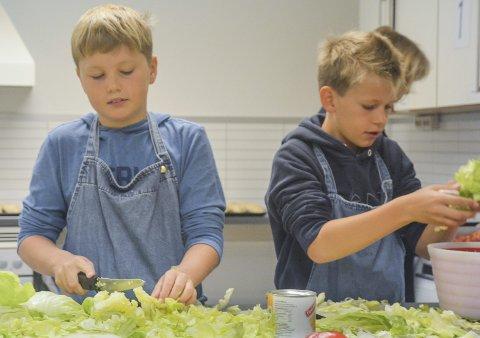 SALAT: Emil Juel bache og Alexander Lie Wasbrekke synes bare det er hyggelig å tilbringe tid på skolekjøkkenet.