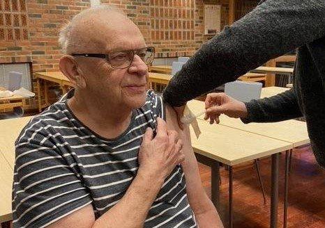 Sigfred Berg var den første i aldersgruppen 85+ på Vestvågøy som fikk koronavaksine.