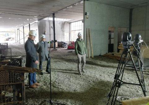 Jim-Roger Nordly, Lars Vorland og Hans Petter Kleppen under den virituelle overrekkelsen av rapporten.  Fra byggetomta på Storeidøya, der den nye bakteriofagfabrikken skal ligge.