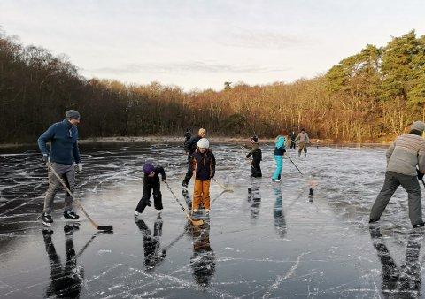 HOCKEY: Ishockey på Holviktjønna lørdag.