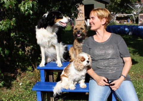 Matmor Gry Eskeland har laget en egen agility treningsbane for hundene hjemme i hagen på Jeløy. Til venstre sitter Chips(Border Collie), Cricket (Border terrier) og foran står Diddi (Cavalier King Charles spaniel).