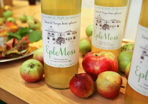 GOD PÅ SMAK: EpleMoss henter sine epler fra hager i distriktet.