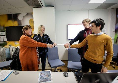 KLAR MOTSTAND:  Marit Gauterud ( til v.)  og Karine Westerveld fra Nei til rasering av Rygge-landskapet overrekker 700 underskrifter til Jyar Dara og Elisabeth Bechmann fra Statens vegvesen:
