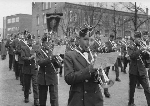 1955 Jeløy Guttemusikkorps: Erik Bergersen i dyp konsentrasjon på kornetten. Korpsene var flere og større den gangen og var på mange måter ryggraden i 17. mai-feiringen. alle