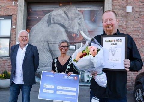 PÅ HJEMMEBANE: Ole-Christian Lien fikk Klubb 1-prisen på Verket Scene, arbeidsstedet han nå er permittert fra. Klubb1-leder Tore Hangerhagen (til venstre) og ordfører Hanne Tollerud bidro ved arrangementet og prisoverrekkelsen.
