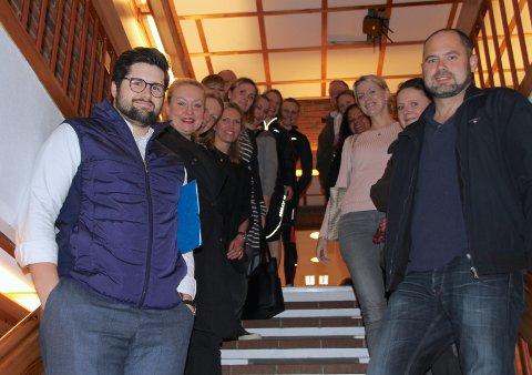 Høyenhall-foreldrene møtte mannsterke. Simon von Krogh (foran t.v.) appellerte til politikerne, og fikk støtte.